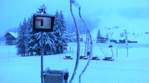 Il neige sur le domaine de ski de fond.