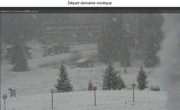 vue de la web cam , il neige sur le départ du domaine nordique.