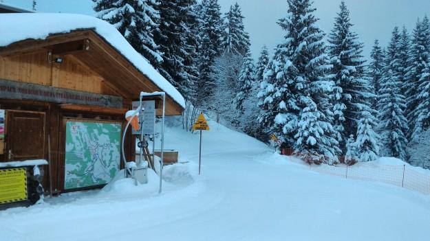 Neige de la nuit sur le domaine de ski de fond.