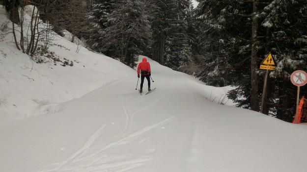 Le premier skieur vient tester la neige fraîche ...