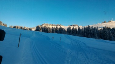 Lever de soleil sur les pistes de ski de fond.