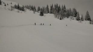 Skieurs dans la piste noire sous Colomban