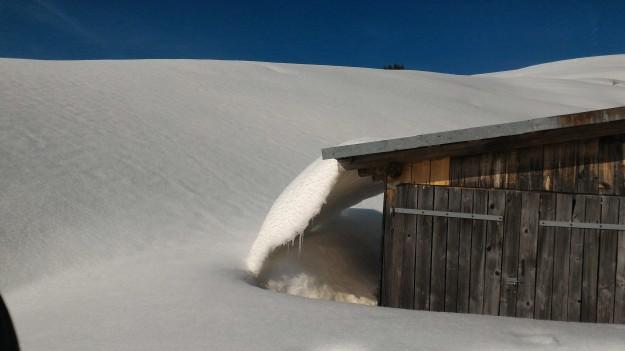 C'est le printemps la neige glisse des toits sous la piste noire de Vargne.