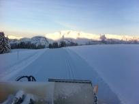 Damage du matin et lever de soleil sur les pistes de ski de fond.