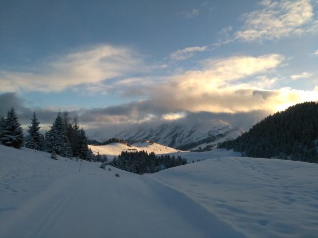 Lever de soleil sur le plateau de Beauregard et les pistes de ski de fond.