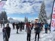 des skieurs nordiques heureux se pressent au départ du tracé de ski de fond.