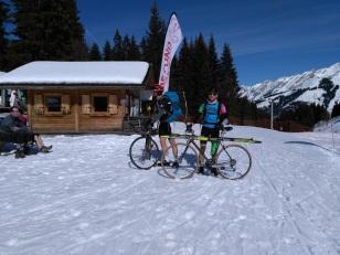 cyclistes skieurs.