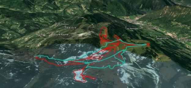 Traces des pistes de ski fond en rouge et sentier raquettes piétons en bleu.