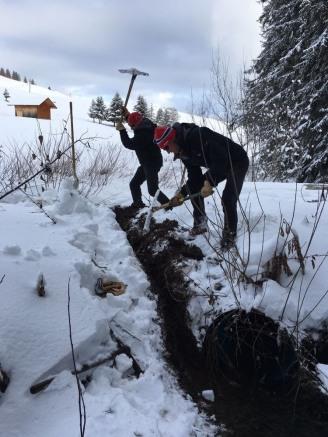 Travaux à Beauregard, mise en place de tuyaux de drainage.