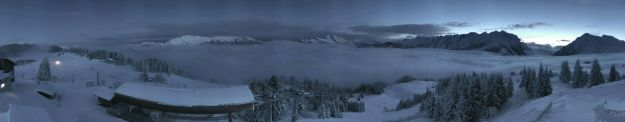 Le plateau de ski de fond à gauche avec la dameuse et la chaine , le col de Aravis à droite vue de la web-cam de Beauregard...